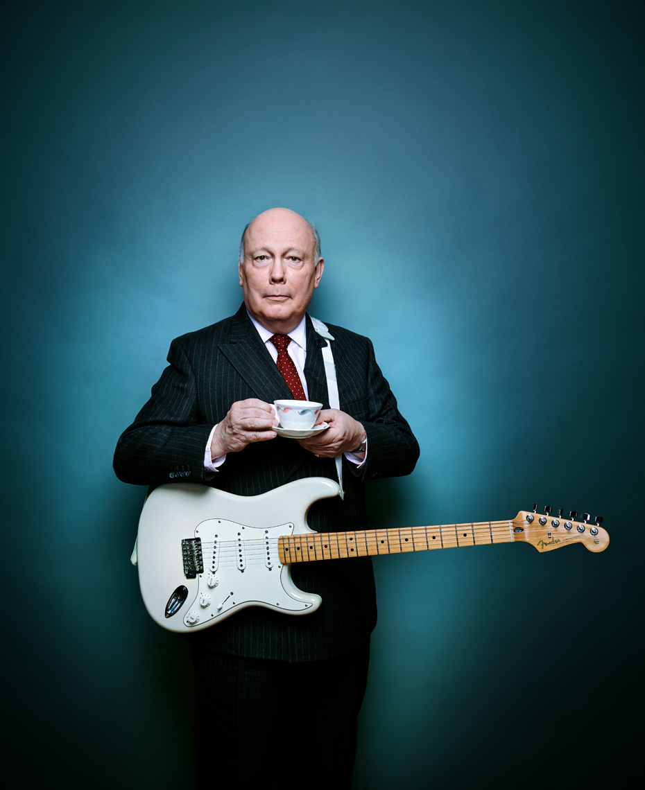 julian_fellowes_guitar_2